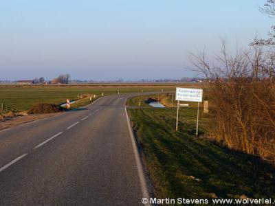 Entree van de buurtschap Kolderwolde, met rechts achter het plaatsnaambord het eerste 'Famke', zie het kopje Bezienswaardigheden.