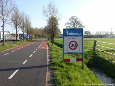 De kern die tegenwoordig Leusden heet, heette tot ca. 1970 Hamersveld. Bij sommigen leeft deze naam nog steeds. Hier geeft iemand met graffiti op het plaatsnaambord Leusden kennelijk zijn voorkeur voor deze vroegere benaming aan.