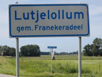 Deze buurtschap heet op de plaatsnaamborden Lutjelollum en op de straatnaamborden Lutje Lollum... Beide officieel door de gemeente vastgesteld, mag je aannemen...