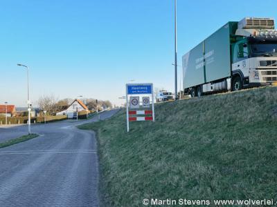 Het dorp Heenweg heeft wel een eigen bebouwde kom met officiële blauwe plaatsnaamborden (komborden), maar heeft geen eigen postcode gekregen en ligt daarom voor de postadressen 'in' 's-Gravenzande