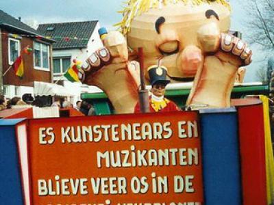 Maasband, wagen van CV Bokkeriejers tijdens de optocht van 2000
