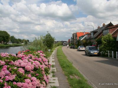 De kleurrijke buurtschap Mennonietenbuurt bij het dorp Amstelhoek in gemeente De Ronde Venen