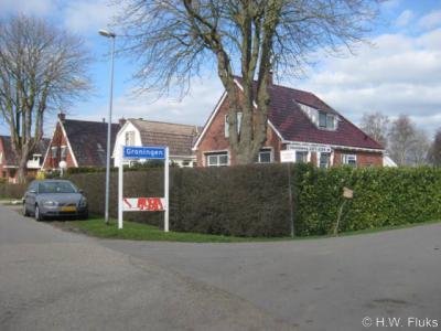 Hier begint het deel van het dorp Middelbert gelegen aan de Harkstederweg, met foutief plaatsnaambord Middelbert. Want Middelbert ligt wel in de geméénte Groningen, maar het is niet de plááts Groningen.