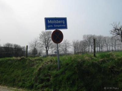 Kom je vanuit het N de buurtschap Molsberg binnen, dan staan er blauwe plaatsnaamborden (komborden) met deze plaatsnaam