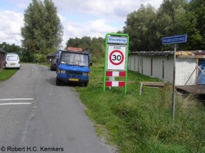 Nieuwbrug heeft geen bebouwde kom en daarom witte plaatsnaamborden, maar wel een 30 km-zone
