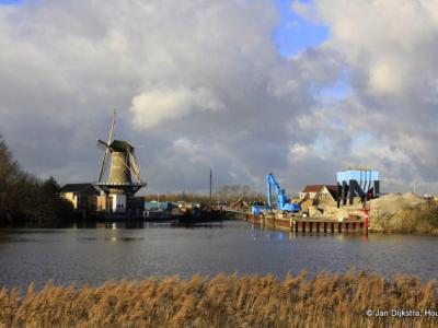 Korenmolen Windlust uit 1780 in buurtschap Kortenoord bij het dorp Nieuwerkerk aan den IJssel, gezien vanuit buurtschap IJssellaan bij Ouderkerk aan den IJssel, aan de overkant van de Hollandse IJssel.