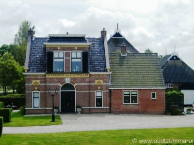 N van Nij Altoenae, in buurtschap Stad Niks, ligt het fraaie voormalige Strandhuis der Bildtpollen uit 1899. Wat dat betekende kun je lezen in het hoofdstuk Bezienswaardigheden.
