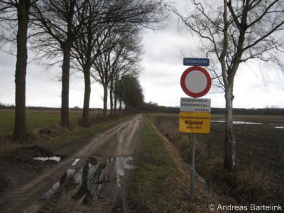Nijstad, de naam van deze tegenwoordig grotendeels door de kern Weerselo opgeslokte buurtschap leeft nog voort in de naam van de lokale klootschietersvereniging, die al sinds 1962 een baan heeft aan de Dollanddijk.
