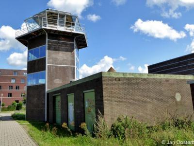 De voormalige verkeerstoren van het voormalige Vliegveld Ypenburg ligt nog net op Nootdorps grondgebied. Op de achtergrond zie je de Haagse Vinex-wijk Ypenburg op grondgebied van het vroegere vliegveld.