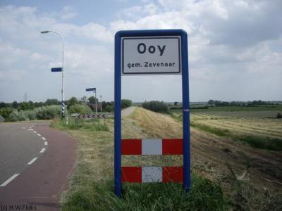 Het dorp Ooy bij Zevenaar is kennelijk niet dichtbebouwd genoeg voor een 'bebouwde kom'. Daarom heeft het dorp witte plaatsnaamborden en geen blauwe.
