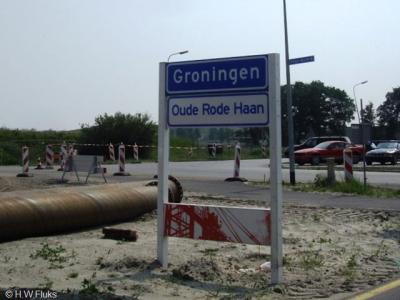 Oude Roodehaan, curieus is dat de buurtschap recentelijk grotendeels is afgebroken, maar dat de gemeente er toch nog plaatsnaamborden heeft geplaatst. Op de foto is de transformatie van buurtschap naar bedrijventerrein goed te zien.