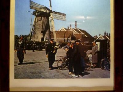 Rijsoord, in de school van Rijsoord is op 15 mei 1940 de capitulatie van Nederland getekend. Op de foto Rijsoord op de dag van de capitulatie. Uitvoerige informatie over de meidagen 1940 vindt u in het museum van Rijsoord in de voormalige school.