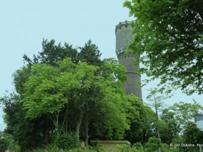 De watertoren van Schuwacht in het groen