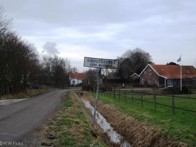 Buurtschap Sinoutskerke is een voormalig dorp, van de vroegere kerk resterert nog slechts de terp met begraafplaats.
