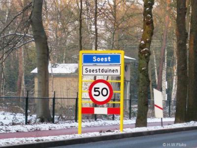 Soestduinen heeft sinds medio 2009 komborden Soest met een wit onderbord Soestduinen, ten teken dat het een buurtschap is van de formele woonplaats Soest.