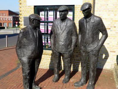 Spijkenisse, de beeldengroep 'Mannetjes op de Krom' uit 1995 van kunstenaar Bert Kiewiet staat op de hoek van het Noordeinde en de Voorstraat.