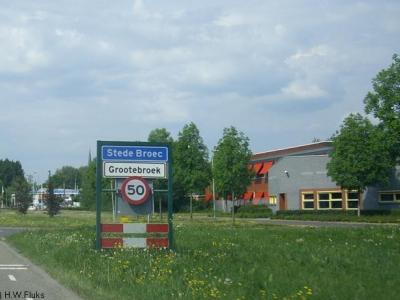 Stede Broec lijkt ter plekke een woonplaats, gezien de blauwe plaatsnaamborden (komborden), met in wit de 'wijken' Grootebroek, Lutjebroek en Bovenkarspel eronder. Formeel (o.a. in het postcodeboek) zijn Grootebroek etc. nog altijd woonplaatsen.