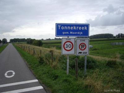Tonnekreek heeft geen echte kern, is alleen een lintbebouwing, maar is toch een bebouwde kom met 30 km-zone.