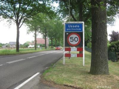 Usselo is een heus dorp met kerk, kern en officiële blauwe plaatsnaamborden (komborden), toch is Usselo volgens de PTT (postcodeboek) en de gemeente Enschede (basisregistraties BAG) geen 'woonplaats', wat het in de praktijk natuurlijk wél is.