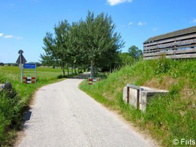 Vierhuizen, dijkcoupure met huisje voor het opbergen van materialen, benodigd voor het onderhoud van de dijk