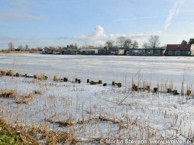 Gezicht op buurtschap De Horn in de winter, gezien vanaf de overkant van de Vecht ('s-Gravelandseweg)