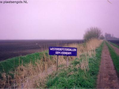 Westerdiepsterdallen, de gemeente Veendam bleek niet bereid om te voorzien in een plaatsnaambord voor dit unieke minibuurtschapje, toen heeft men dit zelf maar vervaardigd...
