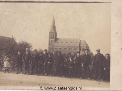 Weurt, kerk met poserende jeugd, zeldzame fotokaart, verzonden in 1912