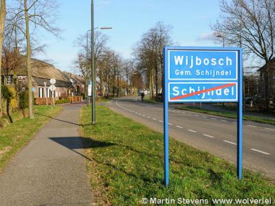 Dit bord illustreert mooi dat de kernen Schijndel en Wijbosch inmiddels aan elkaar grenzen: je gaat hier Schijndel uit en gelijk Wijbosch in. Dit wordt keurig aangegeven zo. Zo zou het wat ons betreft bij alle aangrenzende bebouwde kommen horen.
