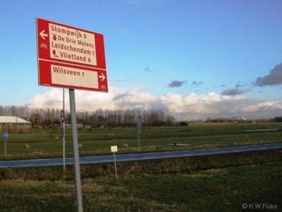Wat attent van de gemeente dat ze fietsers en wandelaars melden welke kant ze op moeten naar de buurtschap Wilsveen. Maar je wordt vervolgens wél in het ongewisse gelaten over wanneer je er bent aangekomen omdat er geen plaatsnaamborden staan. Tja...