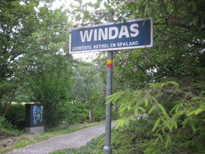 Windas is een van de oude buurtschapjes in de voormalige gemeente Kethel en Spaland die ondanks de verstedelijking moedig stand heeft gehouden. Dit bord is door creatieve inwoners gemaakt, want de gemeente Kethel en Spaland is al in 1941 opgeheven.