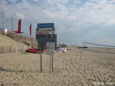 Zandvoort, aan het strand staat een formeel bebouwde-kombord, wat wel niet als zodanig bedoeld zal zijn. Aan de achterzijde bevindt zich een bord Bloemendaal, dus kennelijk staat dit paneel op de grens van de beide gemeenten.