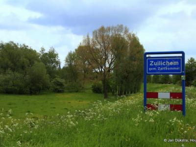 Naast het plaatsnaambord ervan, zien we hier nog slechts het torentje van de kerk van Zuilichem