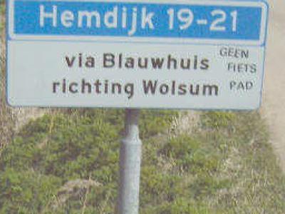 Waar de Hemdijk vanuit Tjerkwerd overgaat in de Vitusdyk te Blauwhuis, staat een bordje dat je voor Hemdijk 19-21 (= Aaksens) door Blauwhuis heen moet richting Wolsum. Heel attent! Nog handiger zou zijn om dat weggetje gewoon Aaksens te noemen...