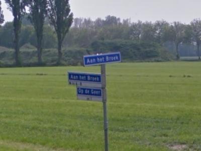 Aan het Broek is een buurtschap in de provincie Limburg, gemeente Leudal. De buurtschap heeft geen plaatsnaamborden van regulier formaat. Maar dit straatnaambord is wel als plaatsnaambord te beschouwen, omdat er immers nog een straatnaambord onder hangt.