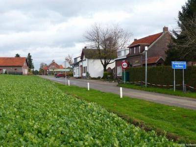 Zo kom je vanuit de Mühlenweg in het Duitse dorp Havert de buurtschap Aan Reijans binnen. Alleen jammer dat inwoners nergens aan kunnen zien dat ze daar wonen, en toeristen, leveranciers en hulpdiensten niet kunnen zien dat ze in deze buurtschap aankomen.