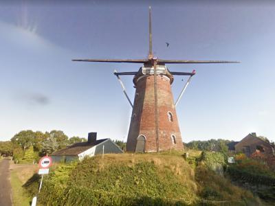 De Heimolen in buurtschap Achterhoek bij Rucphen is in 2009 door de gemeente aangekocht. In 2012 is een restauratie gereed gekomen. Op deze foto de molen in 2009. (© Google)