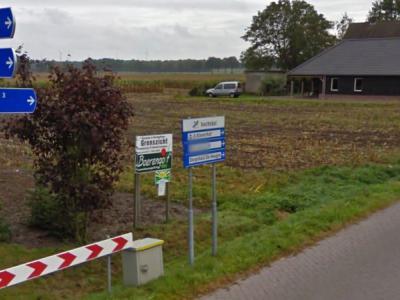 De buurtschap Achterin, O van Radewijk, heeft geen plaatsnaambordjes, maar vanuit Radewijk staat tenminste nog wél aangegeven hoe je er komen moet. (© Google)