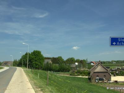 Op de Lekdijk gaat de buurtschap Sluis onder Ameide naadloos over in de buurtschap Achthoven onder Lexmond.