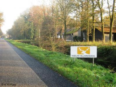 De buurtschap Allardsoog heeft geen plaatsnaambordjes. Je kunt alleen aan deze borden van hotel (en voormalige volkshogeschool) Nieuw Allardsoog zien dat je in de buurtschap bent aangekomen.