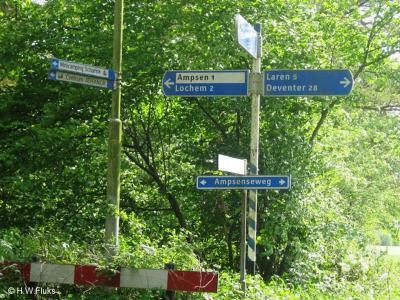 Aan de Ampsenseweg wijst een richtingbordje je de weg naar landgoed en buurtschap Ampsen.