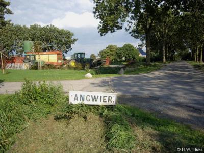 De buurtschap Angwier heeft een zo te zien door de inwoners zelf vervaardigd plaatsnaambordje. Niets mis mee. Maar dan moet je wel af en toe het gras ervoor weghalen, zoals de fotograaf in 2008 heeft gedaan om het bordje er goed op te kunnen zetten, ...