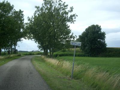 De kennelijke buurtschap Antum ligt buiten de bebouwde kom en heeft daarom witte plaatsnaambordjes (© H.W. Fluks)