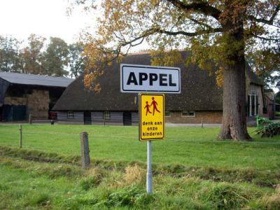 Appel ligt buiten de bebouwde kom en heeft daarom witte plaatsnaamborden. Tot 2013 lag de buurtschap bijna Baarle-Nassau-achtig met allerlei stukjes ook nog in de gem. Barneveld. Sinds dat jaar valt het geheel onder Nijkerk. (© H.W. Fluks)