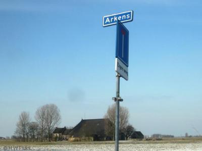 De buurtschap Arkens heeft geen plaatsnaambordje, zodat je slechts aan het gelijknamige straatnaambordje kunt zien dat je er bent aangekomen. Het weggetje loopt voor fietsers en wandelaars overigens niet dood, wat helaas niet met een bordje is aangegeven.
