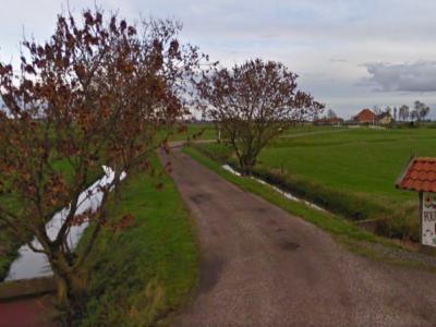 De boerderijen in deze omgeving liggen vaak ver van de weg, aan lange oprijlanen, zoals hier in Atseburen het pand op nr. 8.