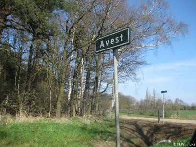 Dit plaatsnaambordje stond in ieder geval in 2013 nog in buurtschap Avest (want uit dat jaar dateert deze foto). Anno 2019 is dit bordje verdwenen. Maar de buurtschap bestaat nog gewoon. Weet iemand wanneer en waarom dit bordje is verdwenen?