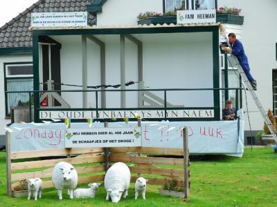 In de Beemster hebben ze al 400 jaar de schaapjes op het droge. Versierde tuin/versierd huis i.v.m. de feesten rond 400 jaar Beemster in 2012. (© Hans de Boer)