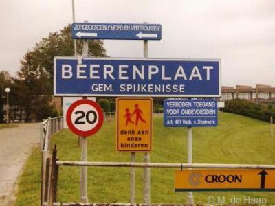 De buurtschap Berenplaat is kennelijk een eigen bebouwde kom geweest, want in ieder geval tot 2001 hebben er blauwe plaatsnaamborden (komborden) gestaan, met 20 km-zone.