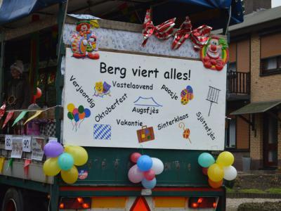Zou er in Berg aan de Maas ook nog wel gewerkt worden? Zo te zien vieren ze daar het hele jaar door feest... In ieder geval werken ze hard om prachtige kostuums en wagens voor de carnaval en het Oogstdankfeest te maken :-) (© www.cvdelombokkers.nl)