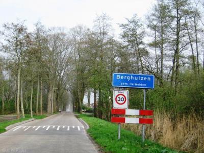 Het plaatsje Berghuizen bij Ruinerwold heeft een bebouwde kom met blauwe plaatsnaamborden, een zekere mate van kern en een kerk en zou daarom als dorp beschouwd kunnen worden. Maar lokaal vindt men het een buurtschap dus conformeren wij ons daaraan.